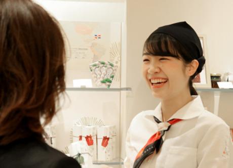 お菓子を通じて笑顔と喜びを届ける。お土産で人気のお菓子の販売。居心地の良い職場で楽しく活躍できます