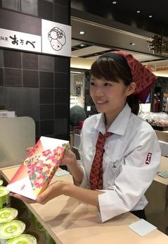 伊丹空港内でのお土産菓子の販売です駅直結で通勤もラクラク